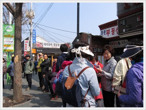 排隊等公車的韓國人們