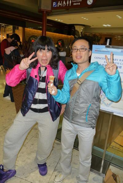 小張和我弟穿同款不同色的外套