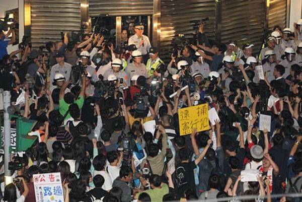 群眾包圍警局