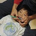 小朋友躺著刷牙