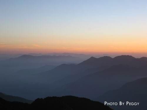 晨曦中的群山