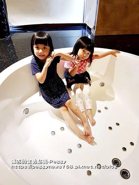 親子主題汽車旅館-船屋-小寶貝泡澡囉.jpg