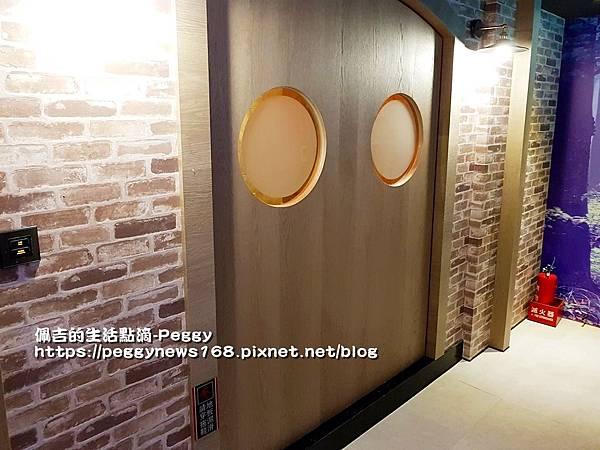 親子主題汽車旅館-船屋-旋轉門.jpg