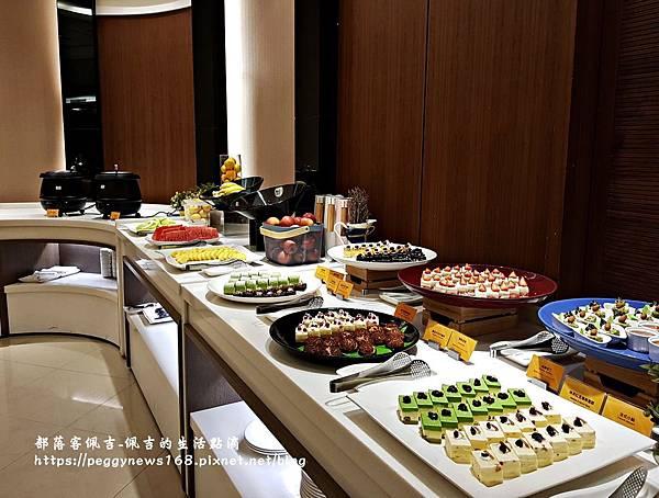 台中飯店推薦-全國大飯店-晚餐蛋糕水果區.jpg
