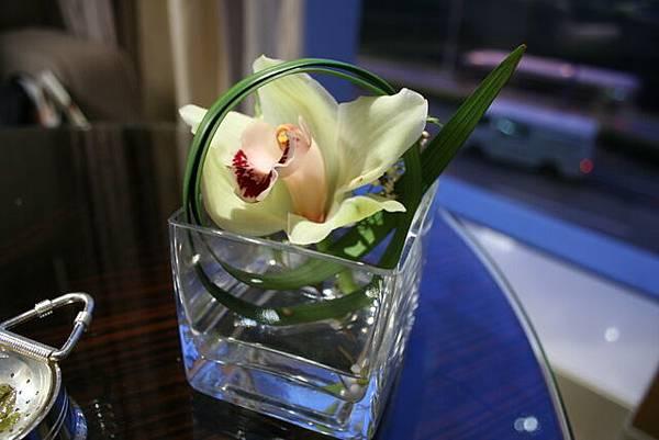 Lounge @ 4 Seasons -- 桌上的花飾
