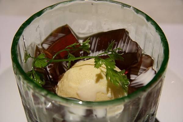 囍宴甜藝 -- 咖啡果凍配牛奶冰淇淋 (近攝)
