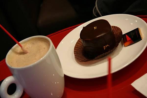 Illy -- 卡布奇諾 + 巧克力蛋糕