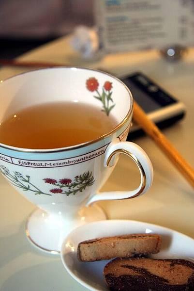 One Fine Day -- 蓮花茶 (附小餅乾)