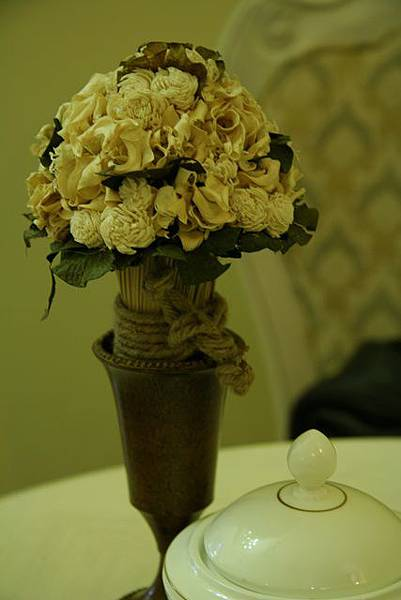 Antique -- 桌上花瓶