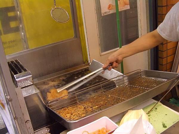 黑門坂本 -- 歐巴桑在替別的客人炸牛排