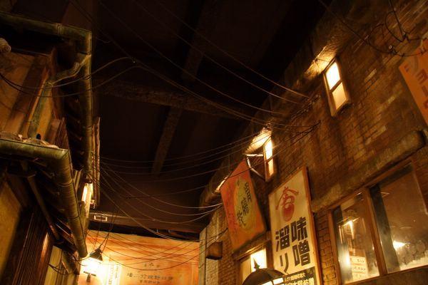 道頓堀極樂商店街 -- 仰望屋頂