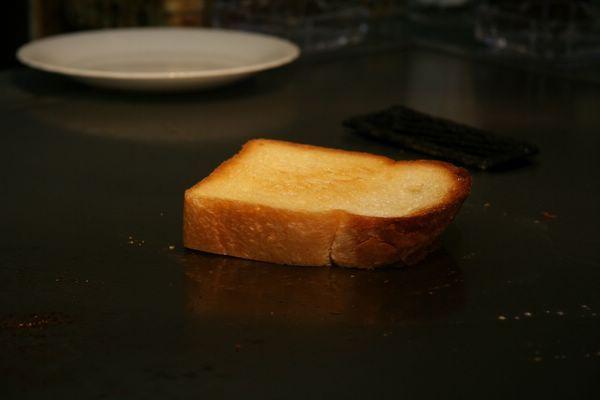 Tor Road Steak Aoyama -- 金黃色的烤厚吐司