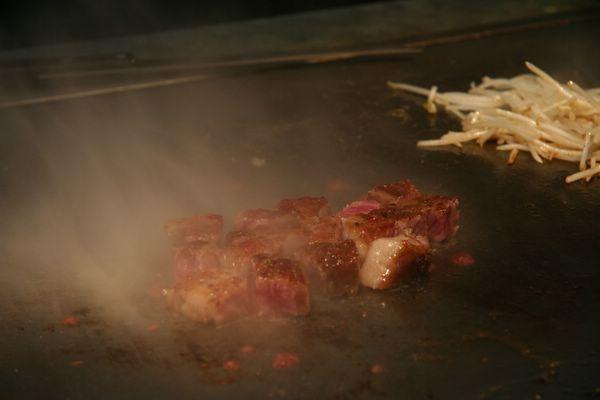 Tor Road Steak Aoyama -- 熱氣騰騰