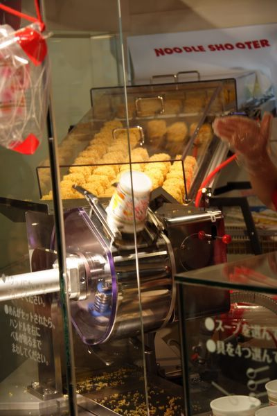 速食麵發明紀念館 -- 把麵條放進杯子的機器