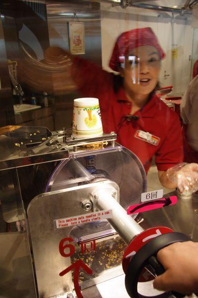 速食麵發明紀念館 -- 可以親切操作把麵條放進杯子裡