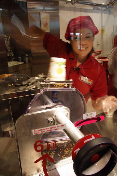 速食麵發明紀念館 -- 拿著把手…