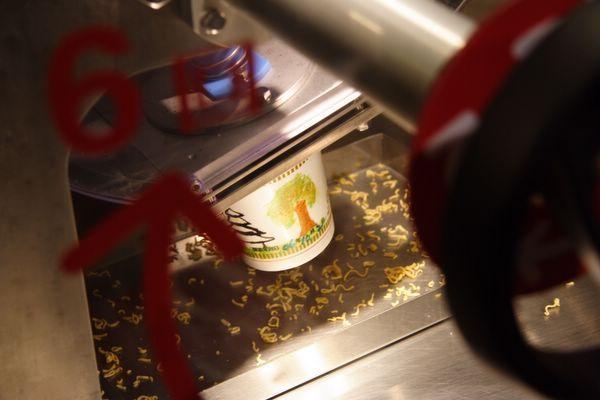 速食麵發明紀念館 -- 麵條就給放進杯子裡囉!