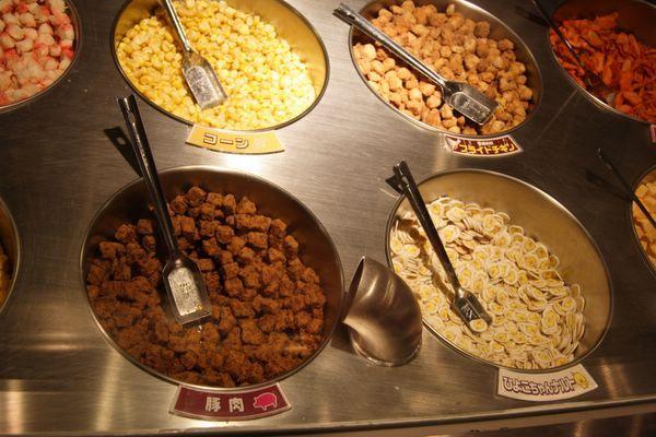 速食麵發明紀念館 -- 左上開始:玉米、雞肉、豬肉、小雞魚板