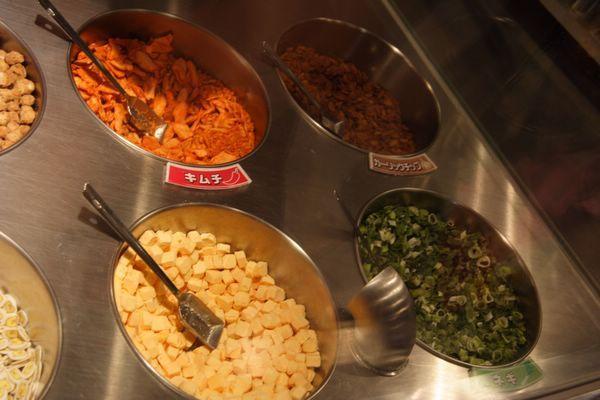 速食麵發明紀念館 -- 左上:泡菜、咖喱雞肉、起司、蔥花