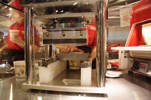 速食麵發明紀念館 -- 要替杯麵封口了 (3)