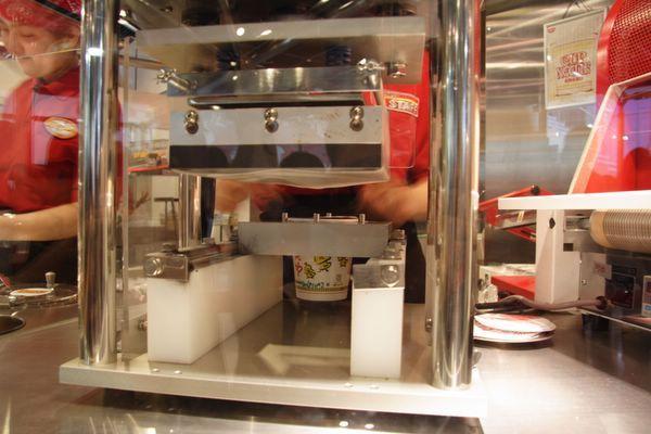速食麵發明紀念館 -- 要替杯麵封口了 (4)