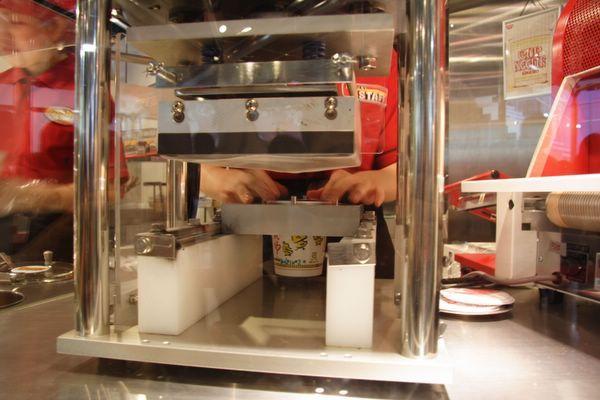 速食麵發明紀念館 -- 要替杯麵封口了 (5)