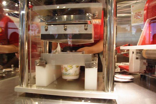 速食麵發明紀念館 -- 要替杯麵封口了 (6)