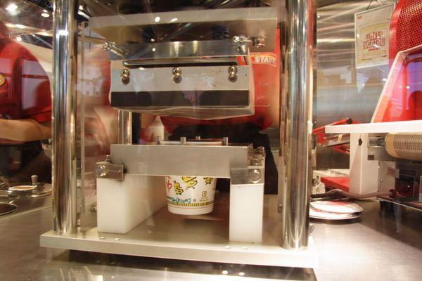 速食麵發明紀念館 -- 要替杯麵封口了 (7)