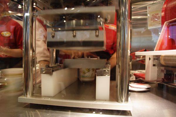 速食麵發明紀念館 -- 要替杯麵封口了 (10)