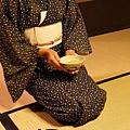 瓢亭 -- 女侍為我們奉上抹茶