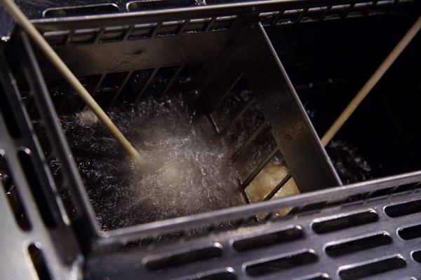 神樂食堂 串家物語 -- 把沾好麵包粉的食材放進油鍋裡