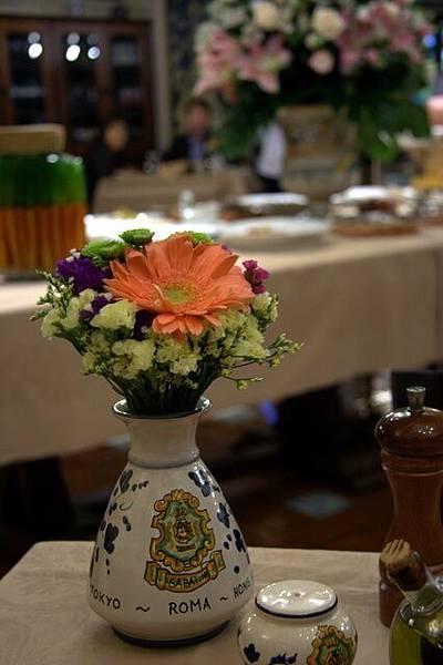 Sabatini -- 桌上的花瓶