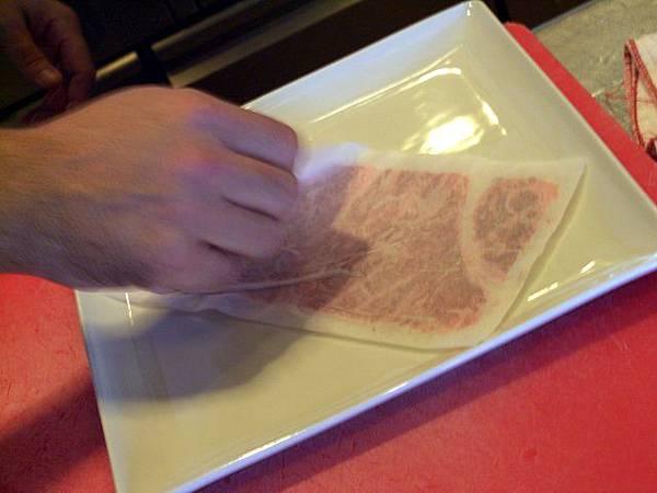 SPOON -- 把整份牛肉覆到碟上,再把紙撕去
