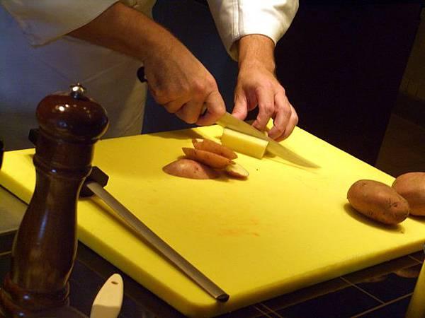 SPOON -- 先把馬鈴薯去皮切條 (3)