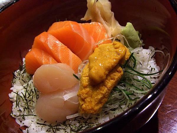 月の麗鮨旬菜 -- 三色丼 (鮭魚、帶子、海膽)