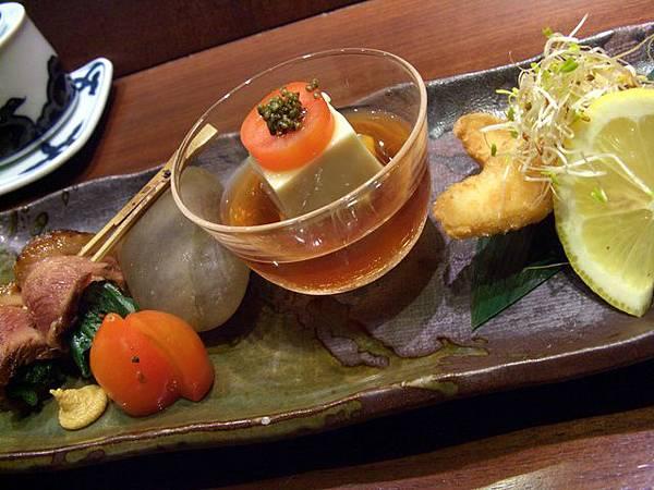 月の麗鮨旬菜 -- 鴨胸卷、冷奴、炸魚塊 (先付)