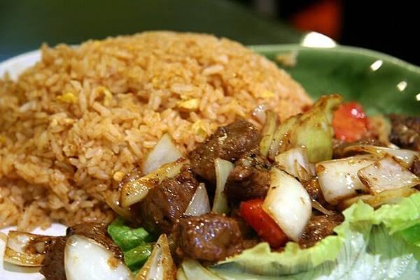 越滋味 -- 黑椒牛柳粒紅飯