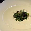 一月 -- 把香草沙拉盛在盤子中央