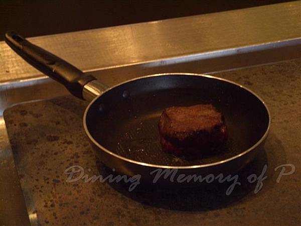 一月 -- 先把牛排的上下兩面煎封
