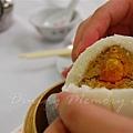陸羽茶室 -- 蛋黃麻蓉包 (切面)