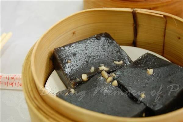 陸羽茶室 -- 欖仁黑蔴糕