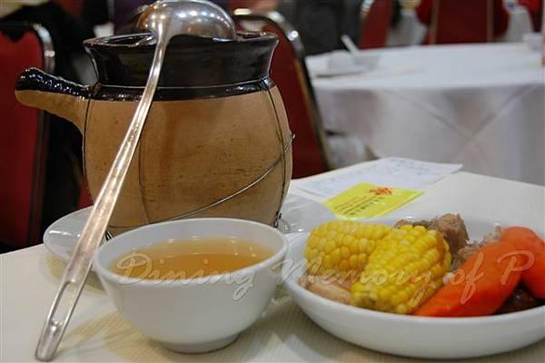 食為先 -- 玉米紅蘿蔔豬肉湯