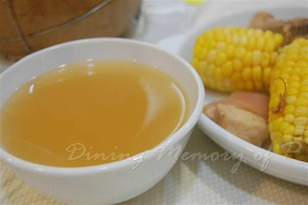 食為先 -- 玉米紅蘿蔔豬肉湯 (近攝)