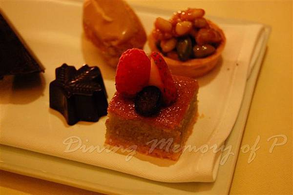 Petrus -- 雜莓杏仁蛋糕