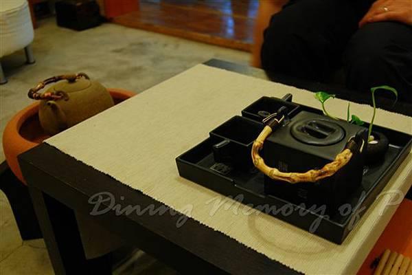 好雪片片 -- 桌子上的茶壺組