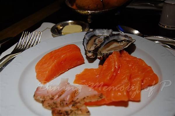 麗嘉酒店咖啡廳 -- 左上起:Balik燻鮭魚、生牡蠣、燻鮭魚、燻鮫魚