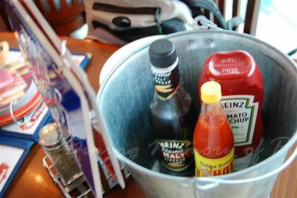 阿甘蝦餐廳 -- 放醬料的鐵桶
