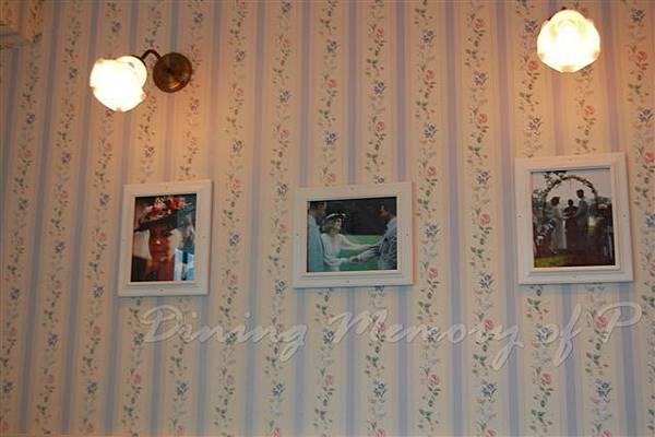 阿甘蝦餐廳 -- 牆上的不是家庭照,是劇照啊!