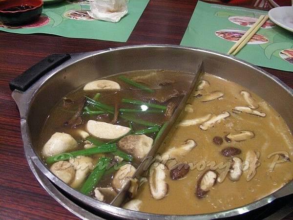 牛皇星 -- 鴛鴦鍋 (野菌 & 沙茶)