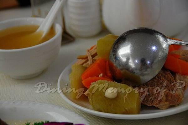 益新美食館 -- 是日例湯的湯料 (青紅蘿蔔豬骨湯)